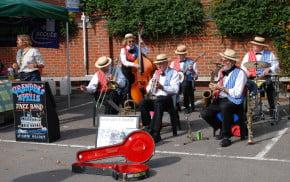 Five people play jazz music.© David Fisher