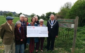 Group of people and the Mayor holding large cheque.