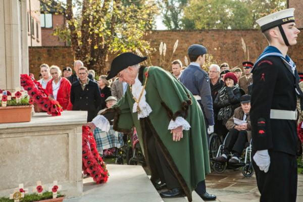 Mayor lays wreath Remembrance Sunday 2016.