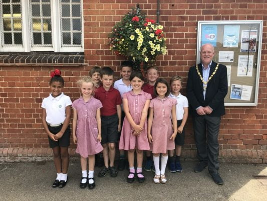 School children with the Mayor and their hanging basket.